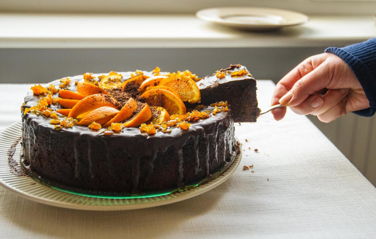 kawałek ciasta bardzo mocno czekoladowego